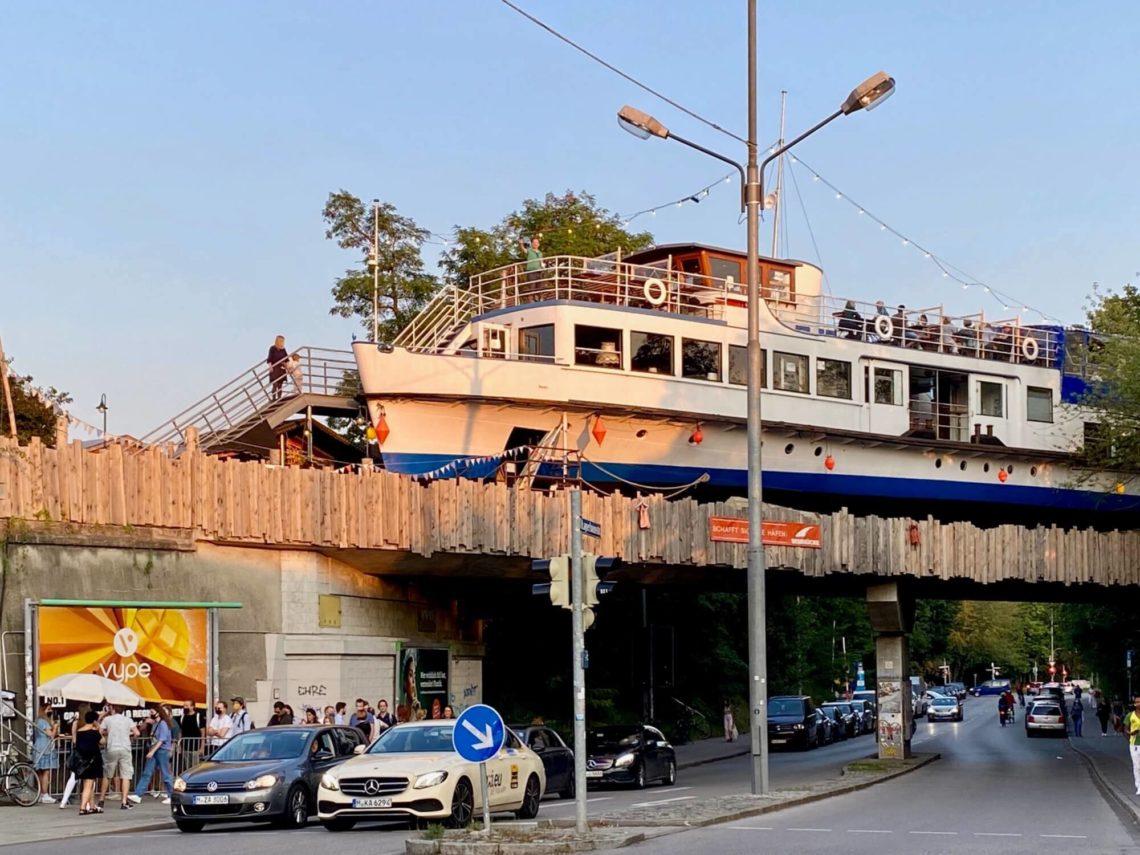 Schiff auf der Brücke: die Alte Utting