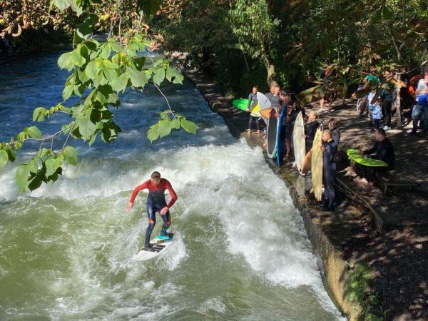 Surferparadies: Eisbachwelle im Englischen Garten