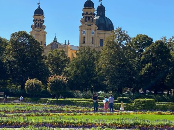Blick vom Hofgarten auf die Theatinerkirche