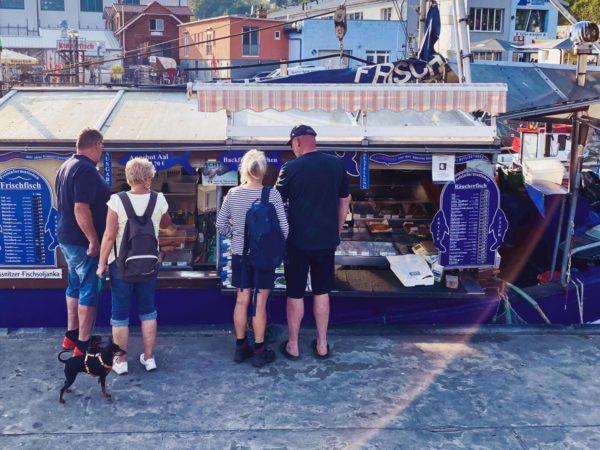 Fischbrötchen vom Fischkutter im Hafen von Sassnitz