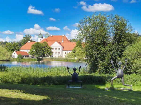 Moderne Kunst trifft Mittelalter in Seeon im Chiemgau