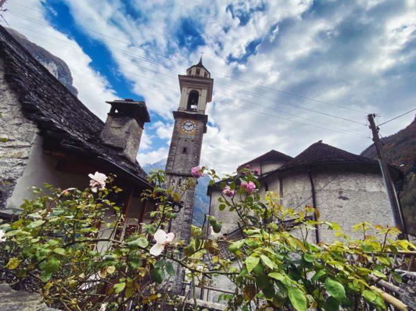 Kirche und Rosengarten in Sonogno