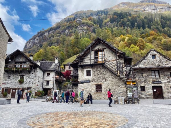 Bilderbuchdorf Sonogno mit Häusern aus Granit