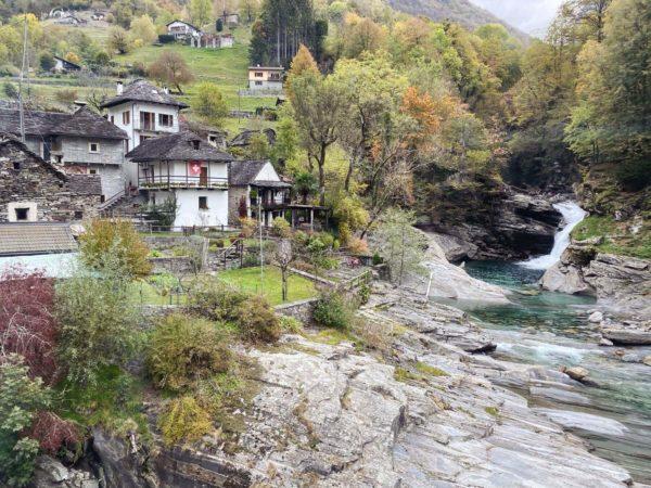 Granitgraue Dörfer im Val Verzasca