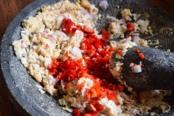 Zubereitung der Erdnusspaste im Mörser