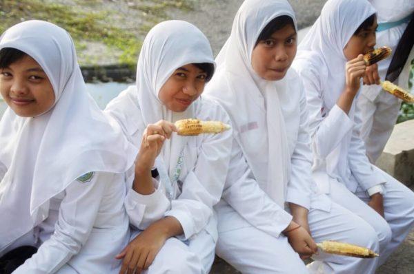 Schülerinnen am Warung