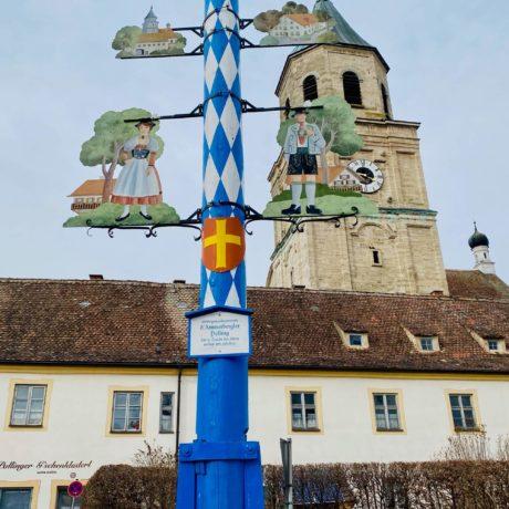 Polling: Klosterkirche und Maibaum