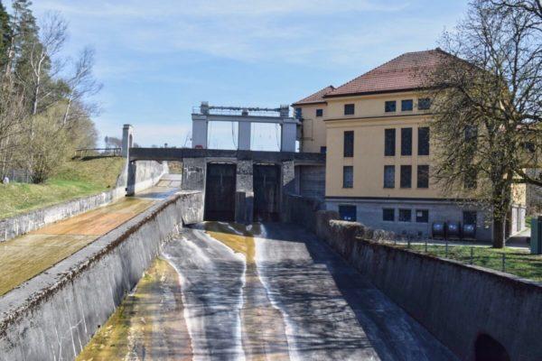 Floßrutsche im Wasserkraftwerk im Mühltal