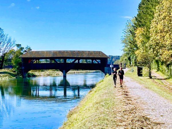 Holzbrücke über den Isarkanal