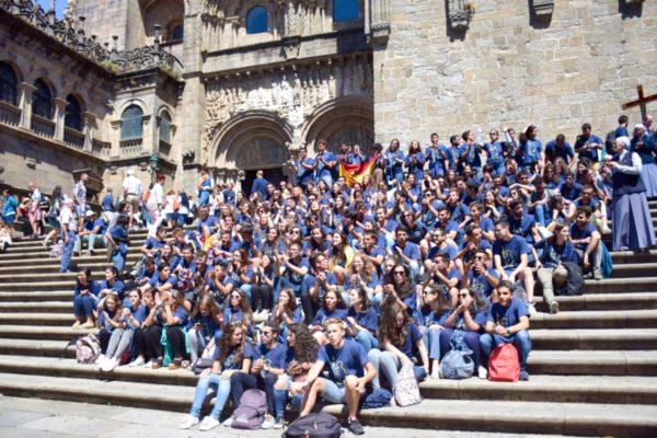 Christliche Jugendgruppe vor der Kathedrale von Santiago