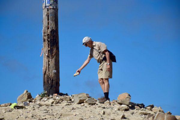 Ritual am Cruz de Ferro: Pilger legen einen Stein nieder