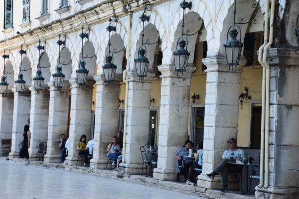 Korfu-Stadt: Cafés unter den Arkaden an der Esplanade