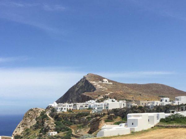 Folegandros: Blick auf Chora und die Panagia-Kirche am Hang