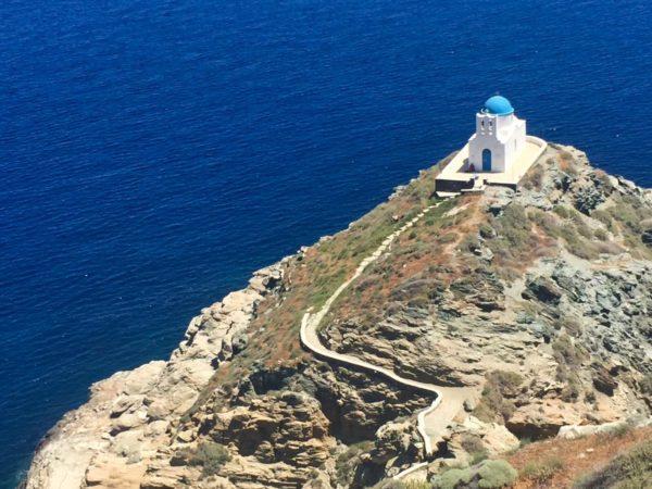Sifnos: Kirche vor den Klippen von Kastro