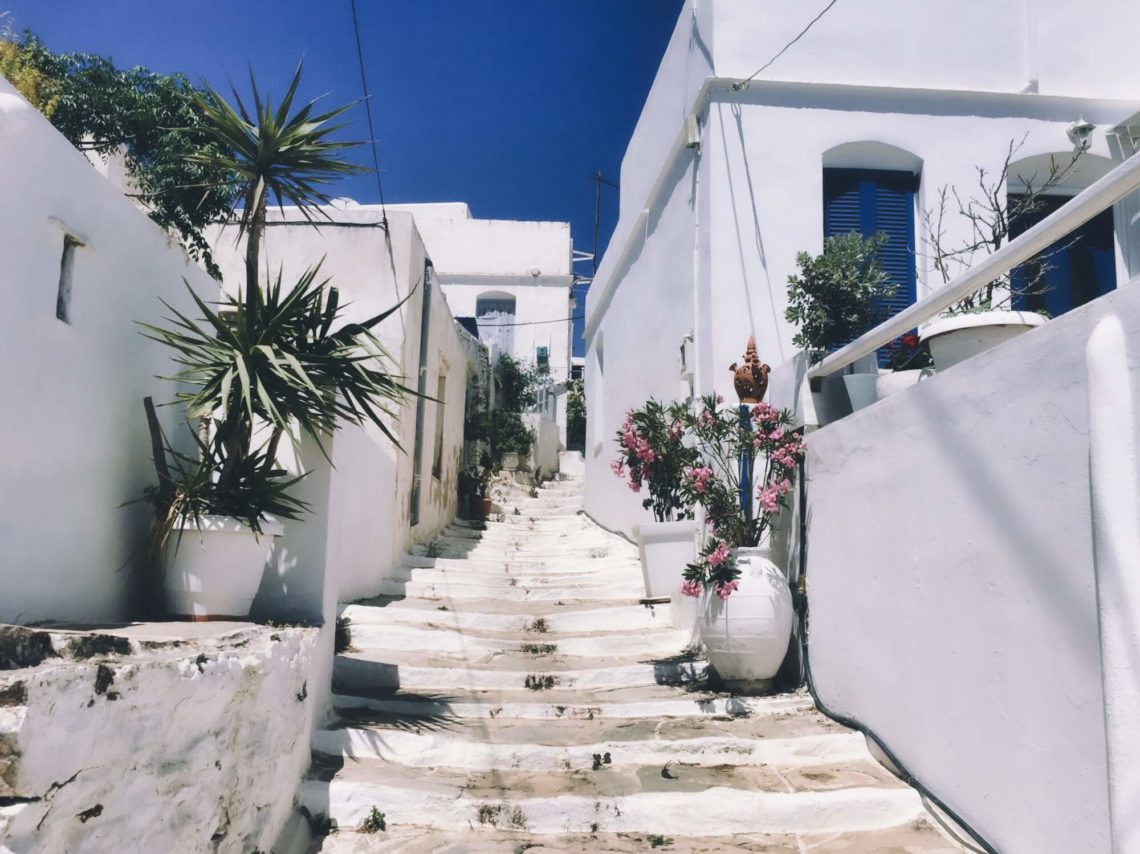 Die weiße Stadt Chora auf Serifos – einer der schönsten Orte beim Inselhüpfen auf den Kykladen