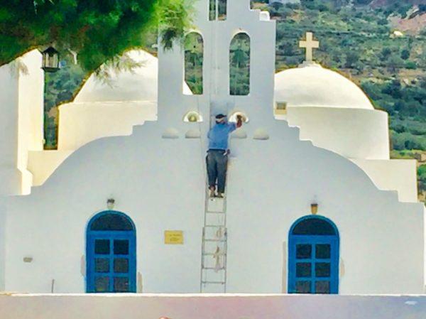 Sifnos: Frühjahrsputz für die Kirche von Vathi Bay