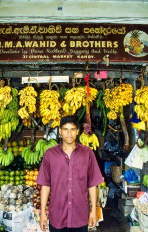 Verkäufer auf dem Obst- und Gewürzmarkt in Kandy/Sri Lanka