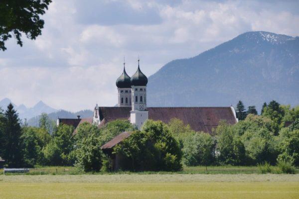 Zwiebeln der Klosterkirche Benediktbeuern vor Bergkulisse