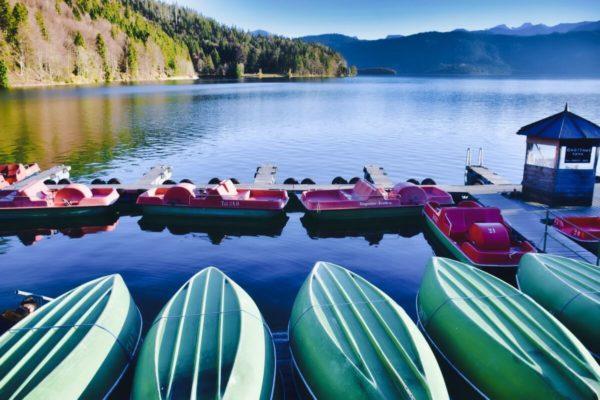 Im Herbst haben die Boote am Walchensee Ruhepause