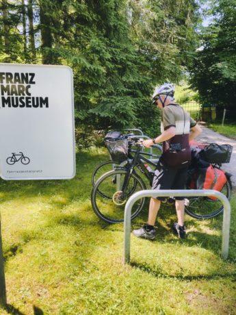 Fahrradparkplatz am Franz-Marc-Museum in Kochel