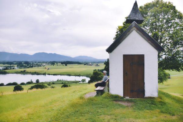 Mesnerhauskapelle mit Blick über den Riegsee