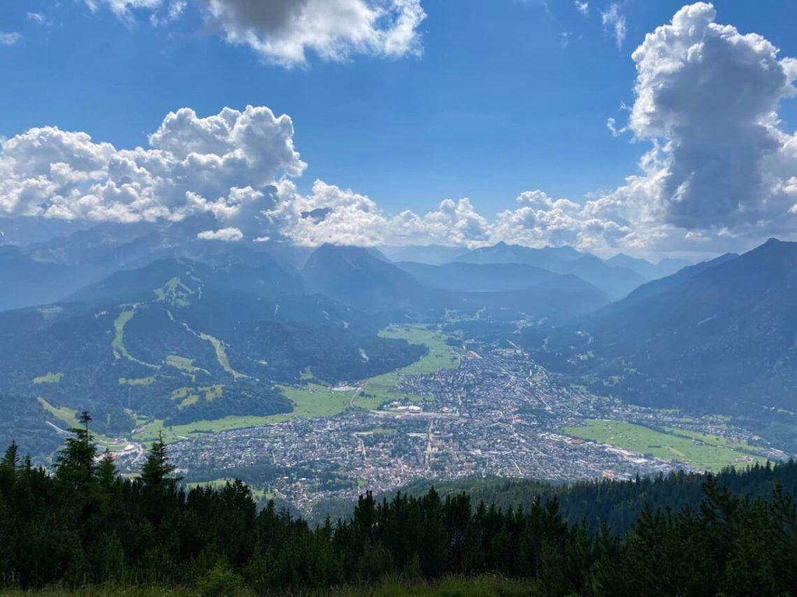 Panoramablick auf Garmisch und das Wettersteingebirge mit der Zugspitze