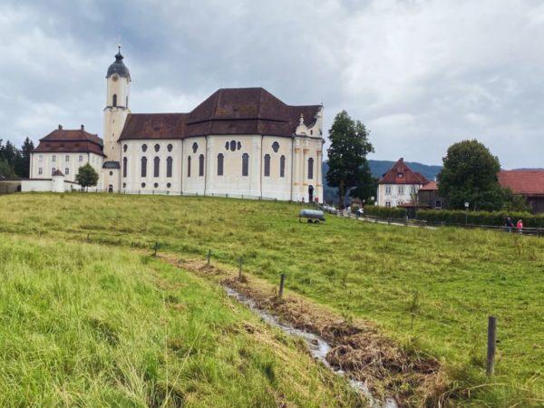 Die Wieskirche liegt auch heute noch im Bauernland