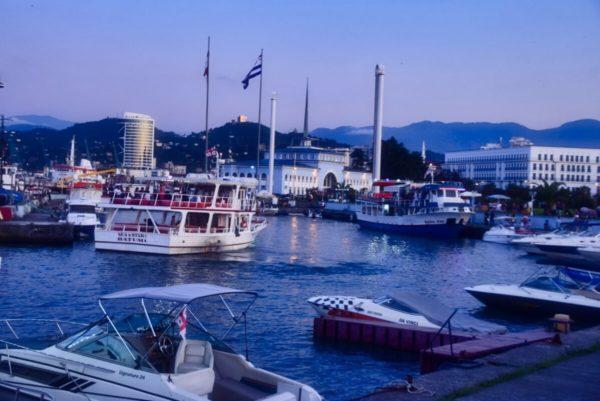 Batumi, Georgien – Hafen am Abend