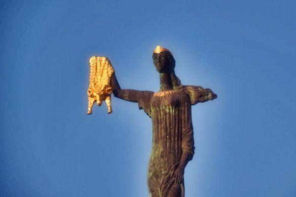 Georgien – Medea hält das Goldene Vlies, Statue in Batumi