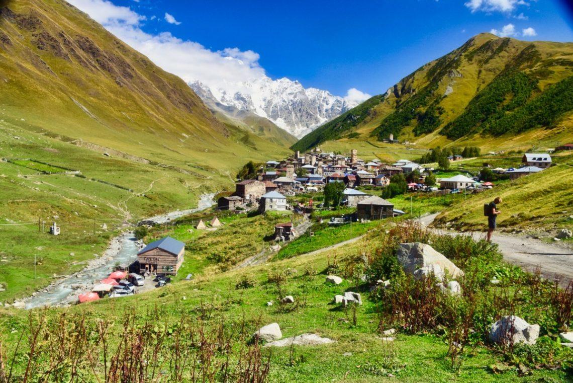 Georgien, Swanetien – Ushguli, Dorfansicht mit Kaukausgipfeln
