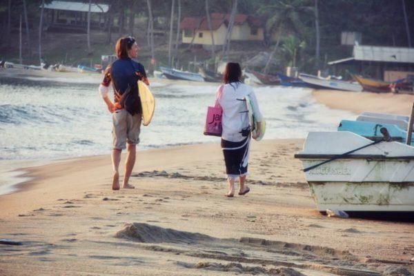 Sri Lankas Norden: Surfer am Strand von Arugam Bay