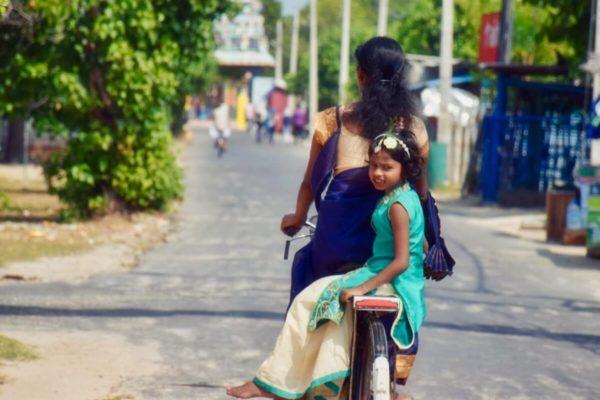Sri Lankas Norden: Pilger auf dem Weg zum Tempel